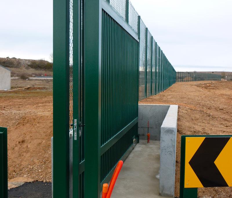 Portail industriel vert coulissant